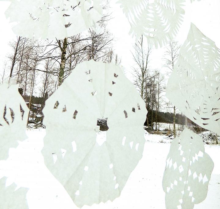 Lumihiutaleet leijailevat ikkunoihin